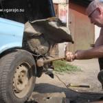 4. Кувалда помогает получить доступ к болтам крепления кронштейна бампера