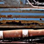 Фото 1 Эти дыры на пороге расковыряли отвёрткой