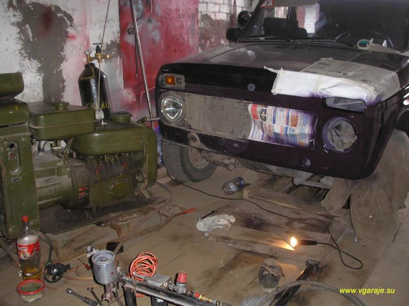 В гараже - аврал: генератор АБ - 4 завели прямо в помещении, чтобы питать от него компрессор. Машина - тоже в гараже, поскольку на улице красить нельзя - идёт дождь.