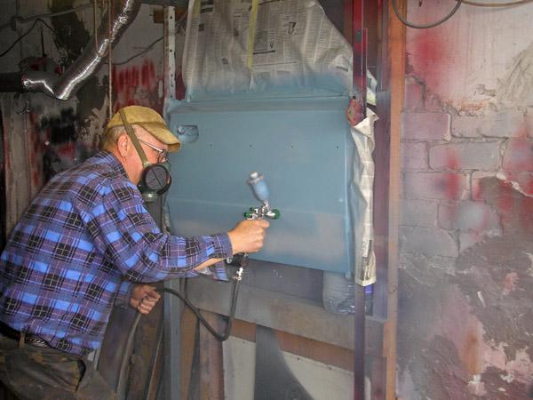 Гаражный маляр за работой: идёт окраска передней двери Ваз-2106 подкрасочным распылителем Ego HVLP от  Walkom